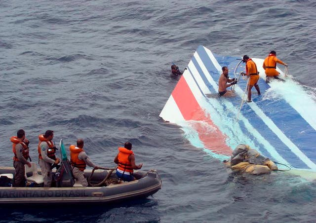 Marines recover debris from Air France plane during search operations in 2009