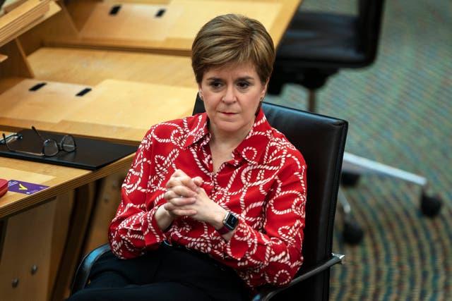 Nicola Sturgeon anunció el levantamiento del bloqueo diferido para Glasgow en el Parlamento Escocés en Edimburgo