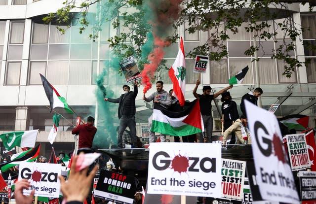 Manifestantes pro palestinos asisten a una protesta tras un estallido de violencia israelí-palestina, en Londres