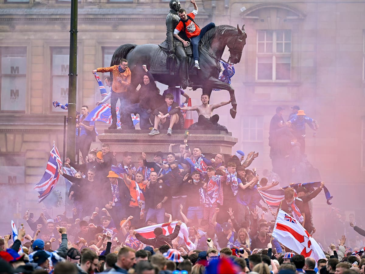 Police to force Rangers fans from Glasgow George Square as celebrations breach Covid rules