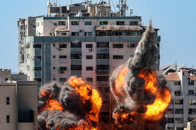 The moment an Israeli airstrike hit the al Jaala tower in Gaza City