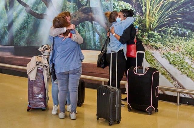 Los viajeros se abrazan en la terminal de llegadas del aeropuerto de Lisboa durante el primer día de nuevas y relajadas regulaciones de viaje entre el Reino Unido y Portugal