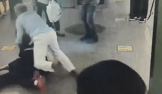 En el momento en que un buen samaritano saltó sobre un hombre que de repente había comenzado a apuñalar a una mujer en una plataforma del metro de la ciudad de Nueva York