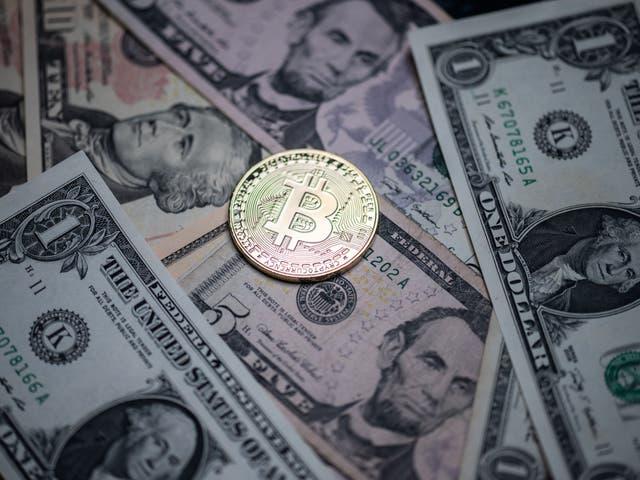 Se muestra una imitación física de la criptomoneda en los billetes de banco de EE. UU.