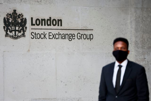 <p>London stocks end the week slightly lower, however, FTSE 100 remains above 7,000</p>