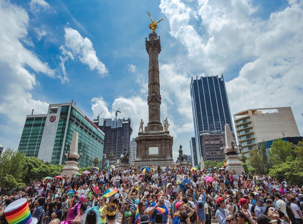 """<p>La cuadragésima tercera edición de la Marcha del Orgullo de la CDMX se celebrará bajo el lema """"Frente al desamparo: Resistencia y unidad. Lo radical es la empatía"""".</p>"""