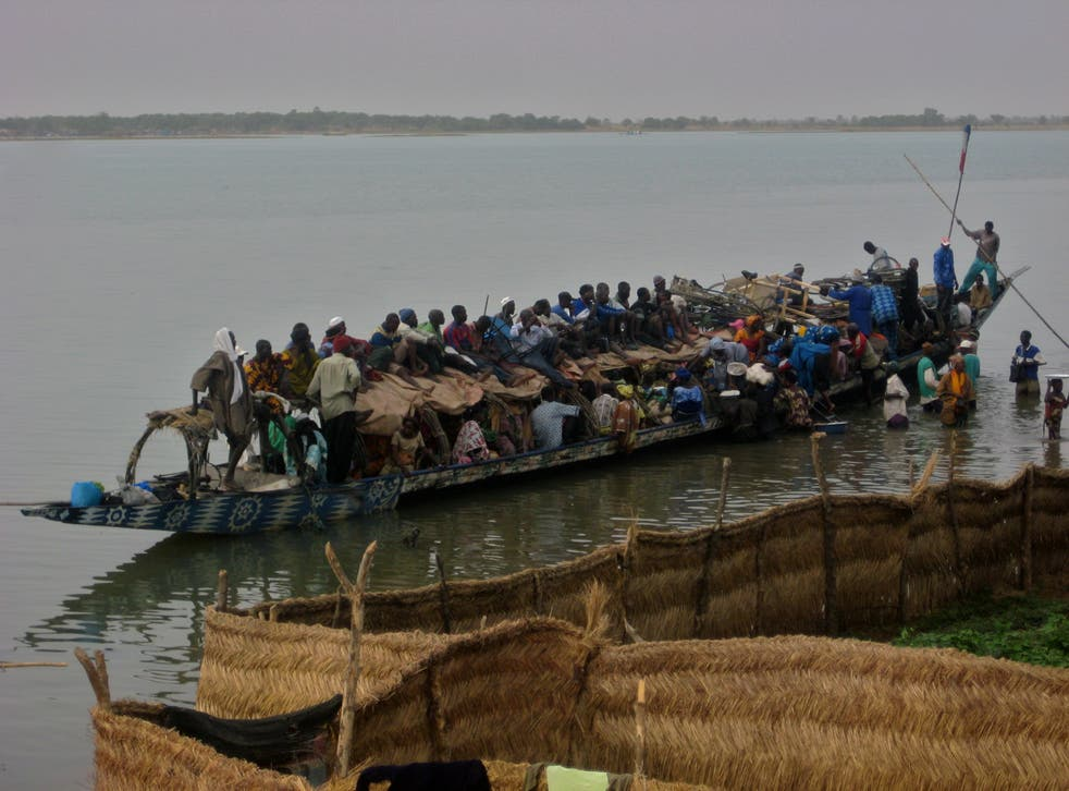<p>Overcrowding is common on boats on the River Niger</p>