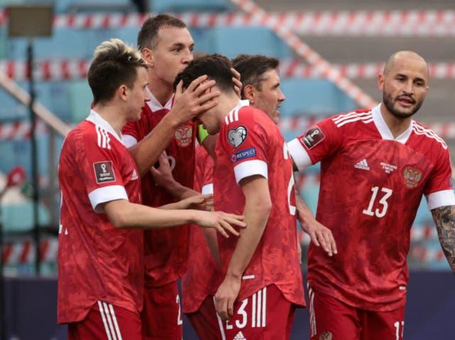 <p>Russia's forward Artem Dzyuba celebrates with teammates </p>
