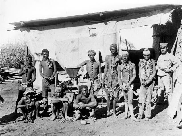 <p>Su foto de archivo sin fecha tomada durante la guerra de 1904-1908 de Alemania contra Herero y Nama en Namibia muestra a un soldado (R) probablemente perteneciente a las tropas alemanas que supervisan a los prisioneros de guerra de Namibia</p>