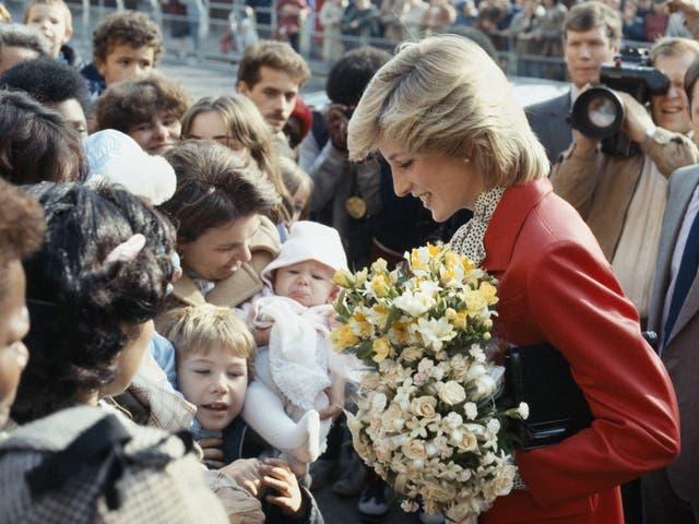 <p>La princesa Diana durante una visita a un centro comunitario en Brixton, Londres, 1983</p>