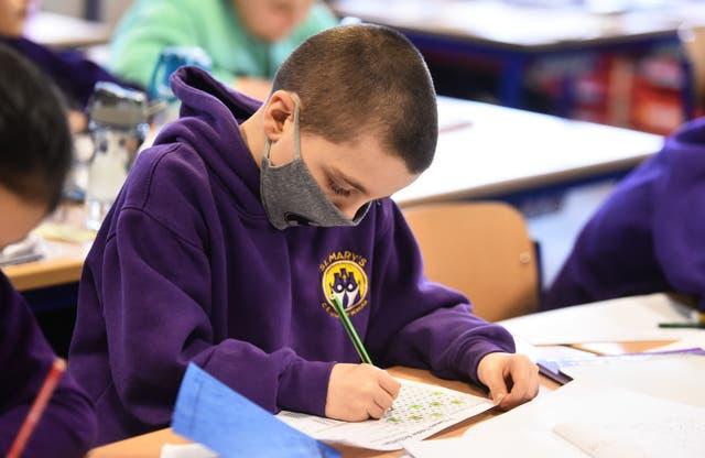 <p>Un estudiante asiste a una lección en la escuela primaria St Mary's CE el 8 de marzo de 2021 en Stoke on Trent, Inglaterra.</p>