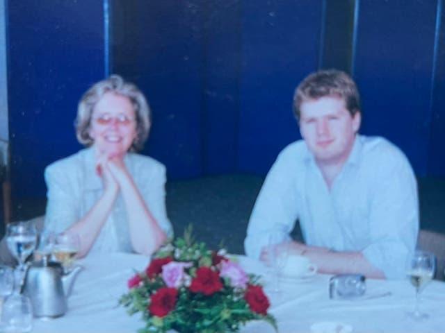 <p>Ed Morrish con su madre Christine Morrish. Ed Morrish, de 41 años, encontró un viejo reloj despertador con una grabación de la voz de su difunta madre que ella le había dado en 1998 cuando se fue de casa para estudiar en el Instituto de Ciencia y Tecnología de la Universidad de Manchester (UMIST).</p>