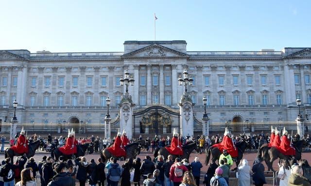<p>Los miembros de la Caballería del Hogar pasan por el Palacio de Buckingham en enero del año pasado</p>