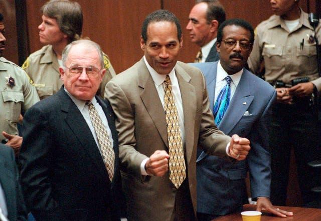 """<p>ARCHIVO - En esta fotografía de archivo del 3 de octubre de 1995, OJ Simpson reacciona cuando es declarado inocente de la muerte de su ex esposa Nicole Brown Simpson y su amigo Ron Goldman en Los Ángeles. Los abogados defensores F. Lee Bailey, izquierda, y Johnnie L. Cochran Jr. lo apoyan. Cochran, el extravagante abogado principal de Simpson, murió de cáncer cerebral en 2005 a los 68 años. Su refrán a los miembros del jurado de que """"si no encaja, debe absolver"""" buscaba subrayar que los guantes ensangrentados que se encontraron en la casa de Simpson y la escena del crimen también lo eran. pequeño para la leyenda del fútbol cuando se los probó en la cancha. (Myung J. Chun / Los Angeles Daily News a través de AP, Pool, File)</p>"""
