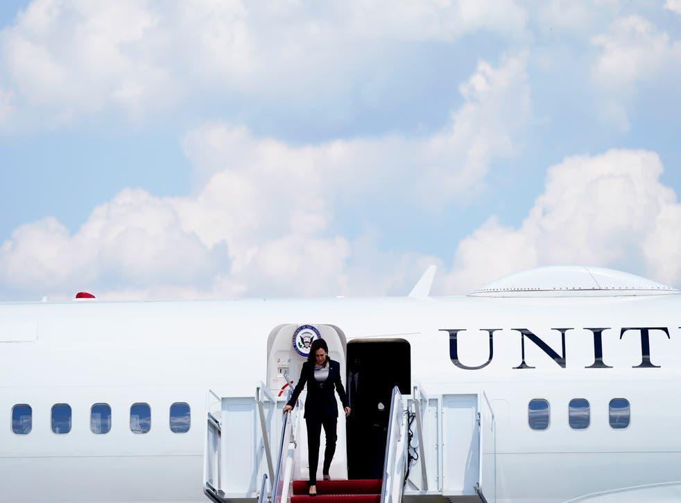 <p>La vicepresidenta Kamala Harris sale del Air Force Two después de que problemas técnicos forzaron a la nave a tornar a la Andrews Air Force Base el 6 de junio de 2021.</p>