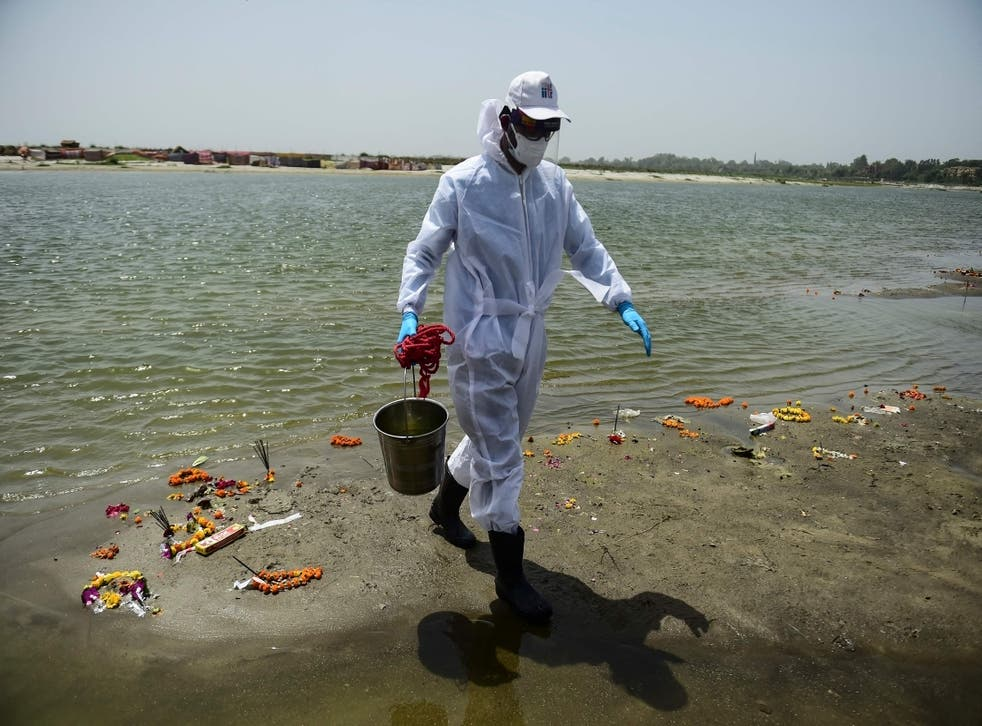 <p>A member of Indian Institute of Toxicology Research collects sample from river Ganges on 24 May, 2021. </p>