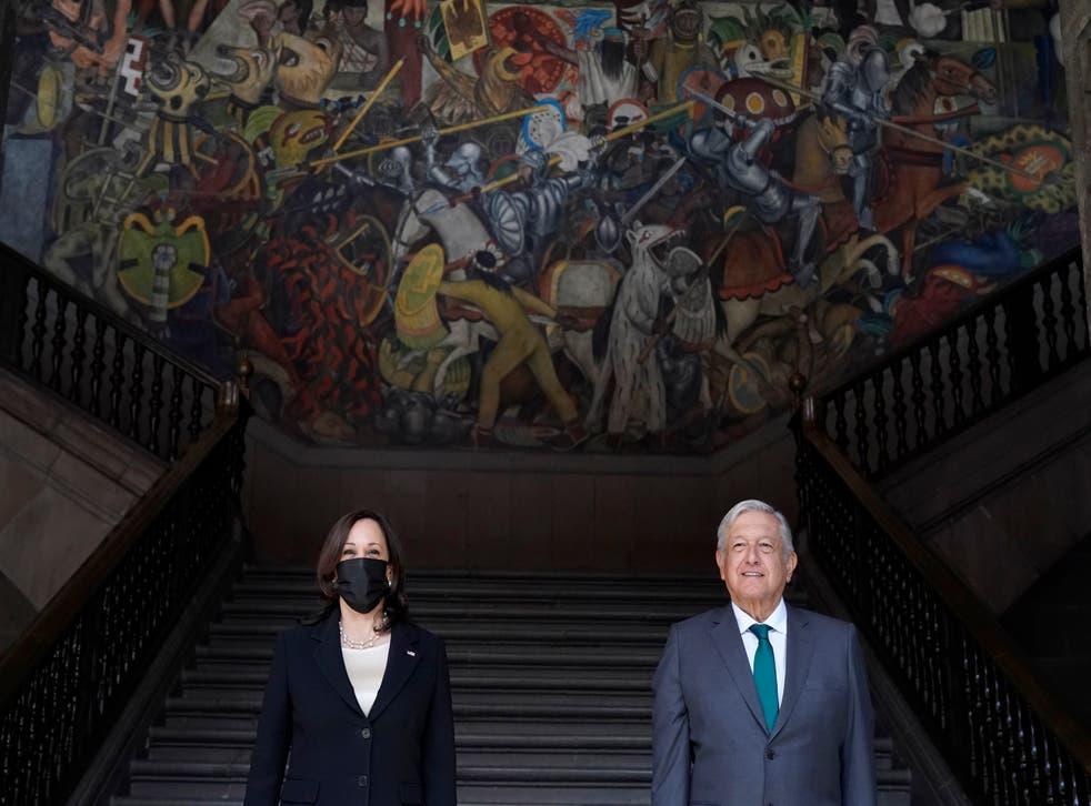 <p>La vicepresidenta de EE.UU. Kamala Harris posa para una foto con el presidente de México, Andrés Manuel López Obrador, el martes 8 de junio de 2021 en el Palacio Nacional de la Ciudad de México.</p>