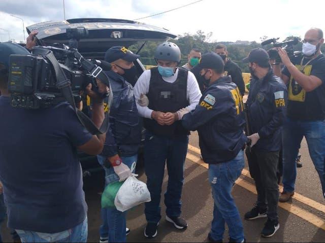 <p>El golfista Ángel Cabrera es esposado por policías en Argentina</p>