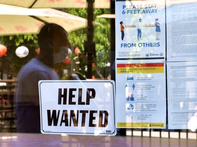<p>Junto a las pautas de seguridad del coronavirus, se coloca un letrero de 'Se busca ayuda' frente a un restaurante en Los Ángeles, California, el 28 de mayo de 2021</p>