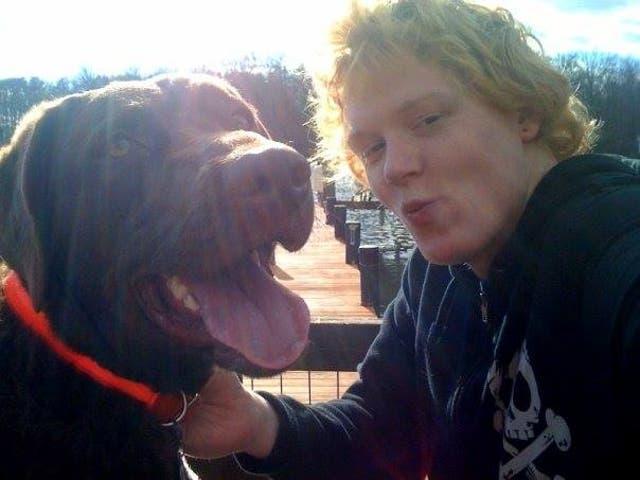 <p>Timothy Reeves con su perro Vern, quien fue asesinado a tiros por un oficial de policía del condado de Anne Arundel en 2014</p>