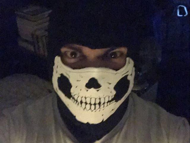 <p>Andrew Dymock, fotografiado en una selfie encontrada por la policía, fue condenado por 15 delitos de terrorismo y delitos de odio.</p>