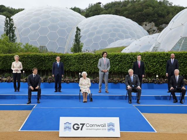 <p>Queen Elizabeth II (C), poses for a family photograph with G7 leaders</p>
