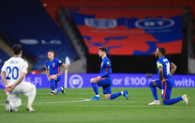 <p>Inglaterra se arrodilla antes de un partido</p>