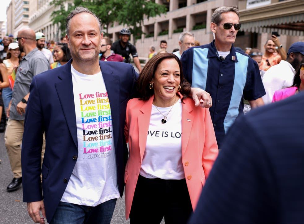<p>Kamala Harris y su esposo Doug Emhoff se unen a los manifestantes del Capital Pride Parade</p>