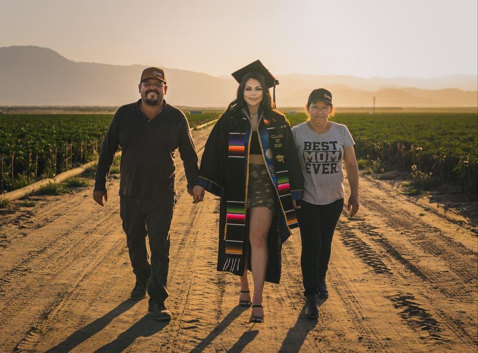<p>Para reconocer el sacrificio de sus padres, Jennifer Rocha decidió realizar su sesión fotográfica de graduación en los campos de la finca donde laboran sus padres.</p>