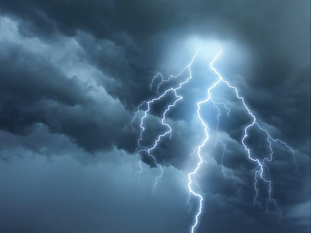 """<p>Los meteorólogos han advertido que las tormentas eléctricas """"intensas"""" azotarán el Reino Unido en medio de las altas temperaturas.</p>"""