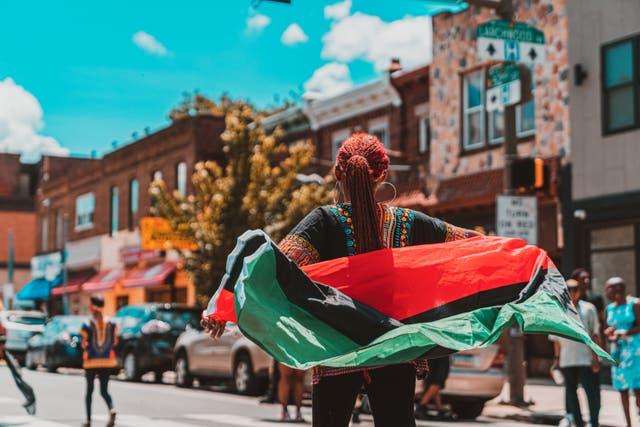 Un grupo de personas celebra Juneteenth durante un desfile en 2019 en el parque Malcolm X de Filadelfia.