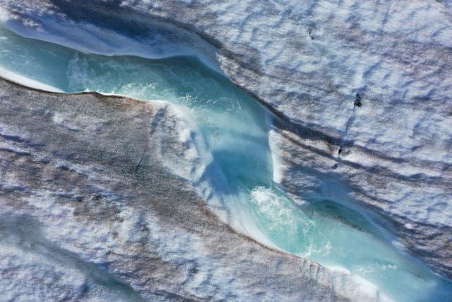 <p>El agua esculpe un canal sinuoso en la superficie del glaciar Longyearbyen que se derrite durante una ola de calor de verano en el archipiélago de Svalbard en 2020, aproximadamente a 1.200 km al norte del Círculo Polar Ártico.</p>
