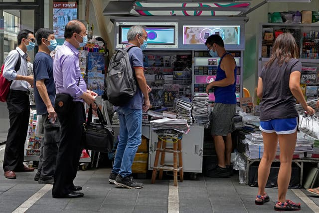 <p>Readers queue up to buy Apple Daily yesterday</p>