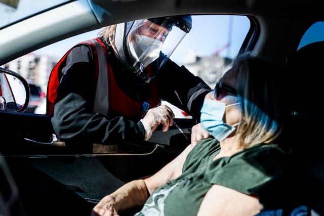 <p>La enfermera registrada de CHealth Karen Nerger administra una dosis de la vacuna Pfizer-BioNTech en un evento masivo de vacunación COVID-19 el 30 de enero de 2021 en Denver, Colorado. La mitad de los adultos no vacunados definitivamente no quiere recibir el jab, según una nueva encuesta.</p>