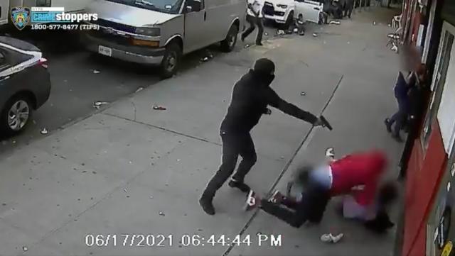 <p>Un asaltante enmascarado en el Bronx le disparó a un hombre varias veces con dos niños en la línea de fuego</p>