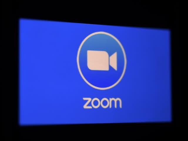 <p>En esta ilustración fotográfica, se muestra el logotipo de la aplicación Zoom en un teléfono inteligente el 30 de marzo de 2020 en Arlington, Virginia.</p>