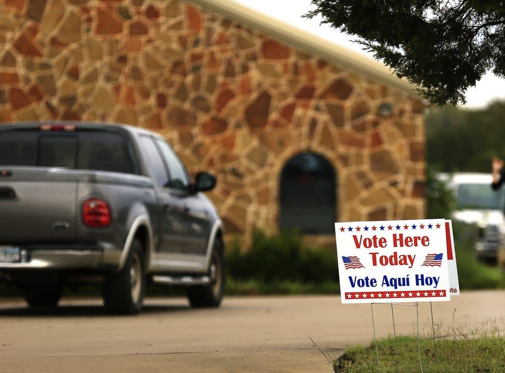 <p>Los votantes llegan a un lugar de votación para emitir su voto el 8 de noviembre de 2016 en Brock, Texas.</p>