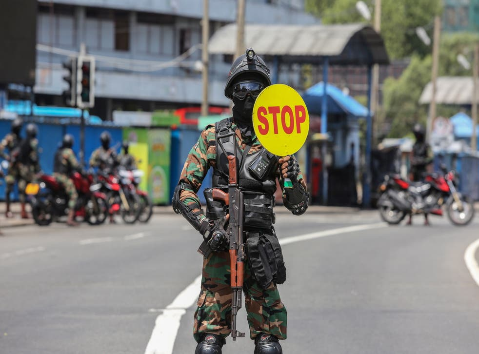 <p>File image: Sri Lankan Army soldiers stop vehicles at a checkpoint after the government announced an island-wide travelrestrictions as a preventive measure against the spread of the Covid-19 in Colombo, Sri Lanka, 22 May 2021</p>