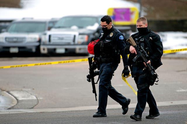 <p>Los agentes de policía caminan por el estacionamiento de la tienda de comestibles King Soopers en Boulder, Colorado, el 22 de marzo de 2021 después de los informes de un tirador activo. El tiroteo dejó 10 muertos.</p>
