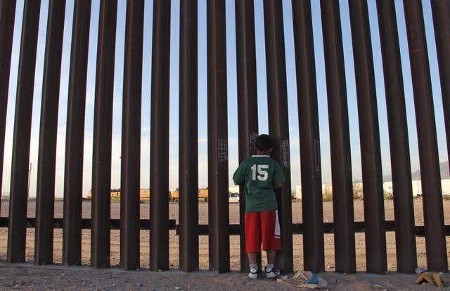 <p>Un niño mexicano mira un vehículo de la patrulla fronteriza de Estados Unidos a través de la valla México-Estados Unidos en Ciudad Juárez, estado de Chihuahua, México, el 4 de abril de 2018. Organizaciones de derechos humanos han instado al gobierno de Estados Unidos a dejar de deportar a niños mexicanos en deportaciones rápidas.</p>