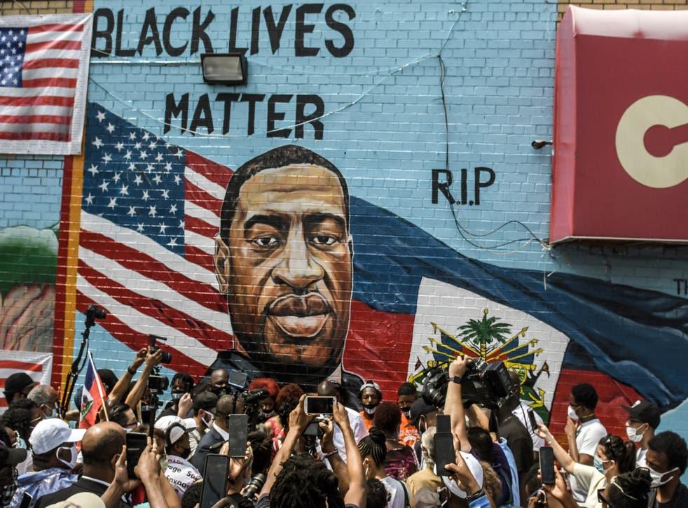 <p>Un mural pintado por el artista Kenny Altidor que representa a George Floyd se presenta en una pared lateral del supermercado CTown el 13 de julio de 2020 en el distrito de Brooklyn de la ciudad de Nueva York. Derek Chauvin ha sido condenado a 22,5 años por la muerte de Floyd.</p>