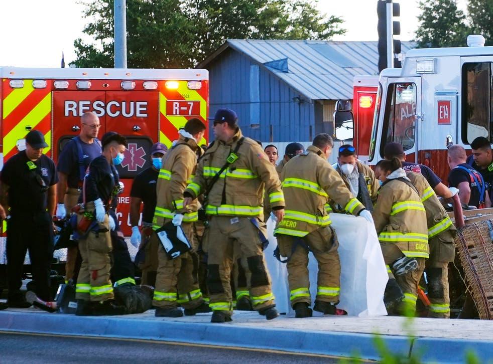 <p>Los equipos de bomberos de Albuquerque trabajan en las víctimas del fatal accidente de globo en Unser y Central SW en Albuquerque, NM, el sábado 26 de junio de 2021</p>