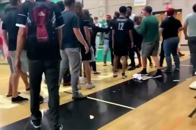 <p>Tras el incidente racista, el entrenador de la escuela secundaria de Coronado, JD Laaperi, fue despedido y la junta escolar analizó emitir medidas disciplinarias contra los estudiantes  responsables.</p>