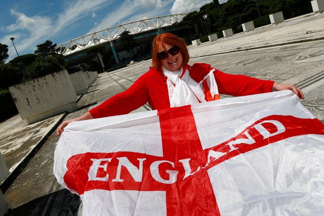<p>La aficionada al fútbol de Inglaterra, Dawn Hughes, que vive y trabaja en Italia, posa para una fotografía antes de los cuartos de final de la Eurocopa 2020 contra Ucrania, en las afueras del Stadio Olimpico de Roma.</p>