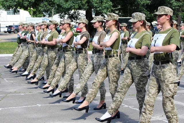 """<p>Una fotografía de un folleto tomada y publicada por el servicio de prensa del Ministerio de Defensa de Ucrania el 2 de julio de 2021 muestra a las soldados ucranianas con tacones mientras participaban en el ensayo del desfile militar en Kiev. - Las autoridades ucranianas se encontraron bajo fuego el 1 de julio de 2021 por su idea de hacer que las mujeres soldados marcharan con zapatos de corte en lugar de botas de combate durante un desfile militar programado para agosto. El escándalo estalló después de que el Ministerio de Defensa publicara fotos de un ensayo del desfile que se celebrará para conmemorar el 30 aniversario de la independencia de Ucrania el 24 de agosto (Foto por - / Servicio de prensa del Ministerio de Defensa de Ucrania / AFP) / RESTRINGIDO A USO EDITORIAL - CRÉDITO OBLIGATORIO """"AFP PHOTO / Servicio de prensa del Ministerio de Defensa de Ucrania"""" - SIN COMERCIALIZACIÓN - SIN CAMPAÑAS DE PUBLICIDAD - DISTRIBUIDO COMO SERVICIO A LOS CLIENTES (Foto por - / Prensa del Ministerio de Defensa de Ucrania / AFP vía Getty Images)</p>"""