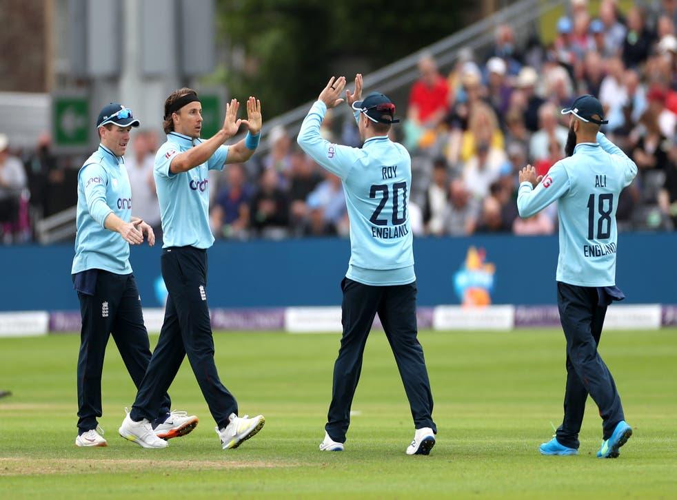 <p>Tom Curran celebrates with his England team-mates</p>