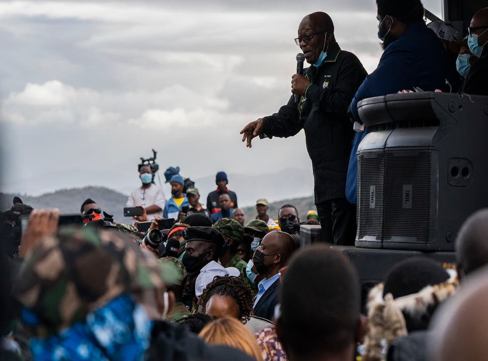 <p>Jacob Zuma speaks to supporters wh had sought to prevent his arrest</p>