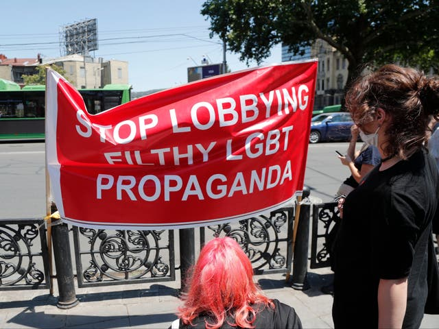 <p>Manifestantes de derecha se manifiestan contra una marcha del Orgullo de Tbilisi ahora cancelada</p>