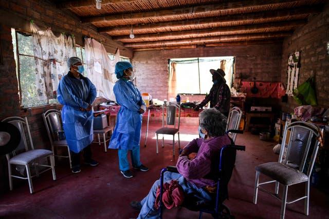 <p>Trabajadores de la salud se preparan para inocular a ancianos con dosis de la vacuna Pfizer-BioNTech en Arequipa, sur de Perú</p>