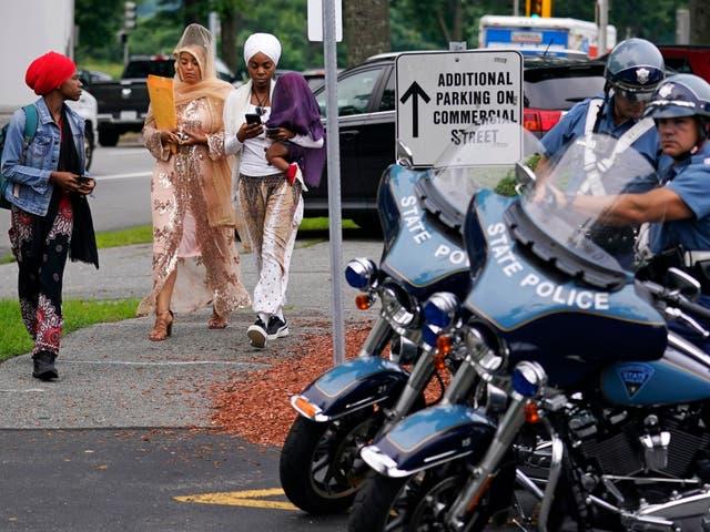 <p>Tres mujeres pasan junto a los policías del estado de Massachusetts mientras llegan para sentarse en la galería del Tribunal de Distrito de Malden, luego del arresto de varios hombres en un enfrentamiento armado en la Interestatal 95</p>